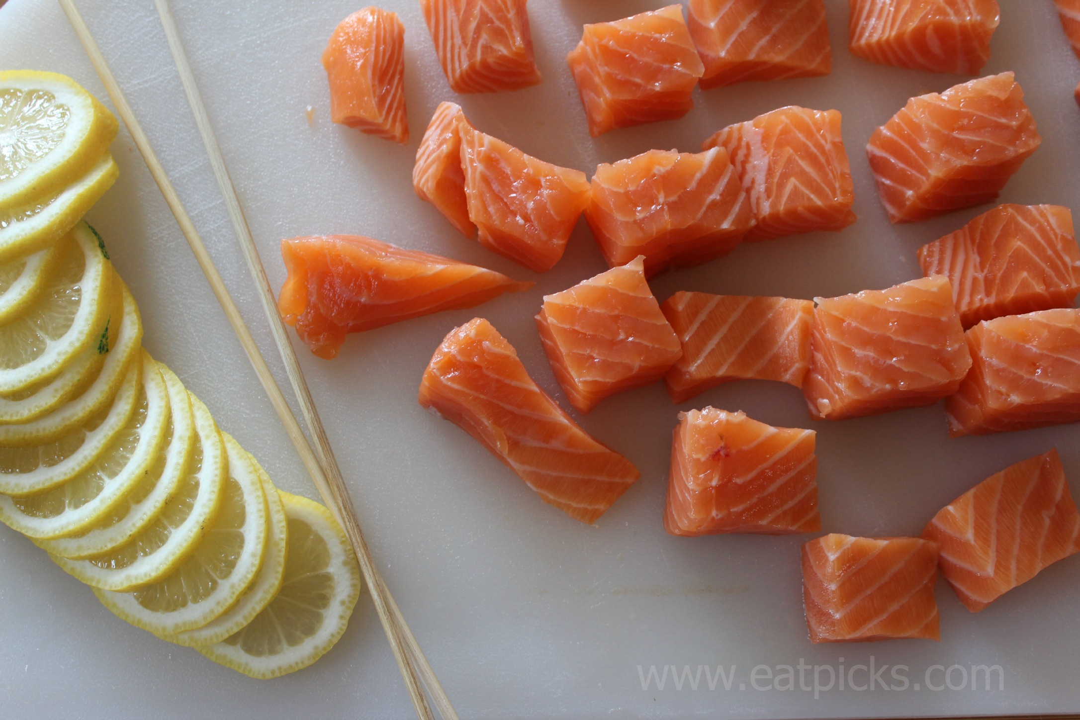 salmon and lemon slices