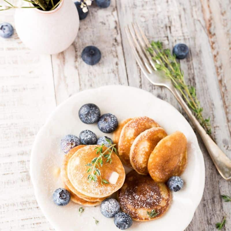 mini pancakes with berries